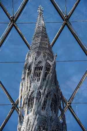 Mercedes Benz präsentiert neue Skulptur von Wim Delvoye im Louvre