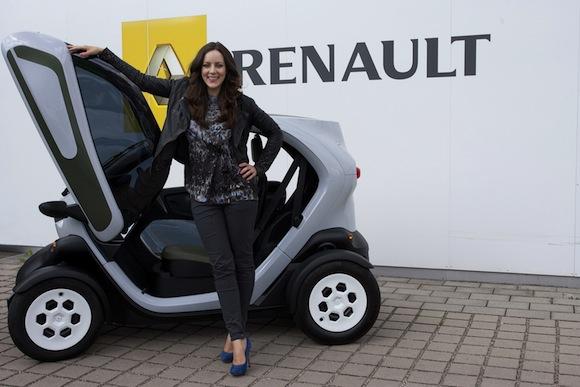Jasmin-Wagner-und-der-Twizy- in Blumige Freundschaft- Jasmin Wagner fährt Renault Twizzy