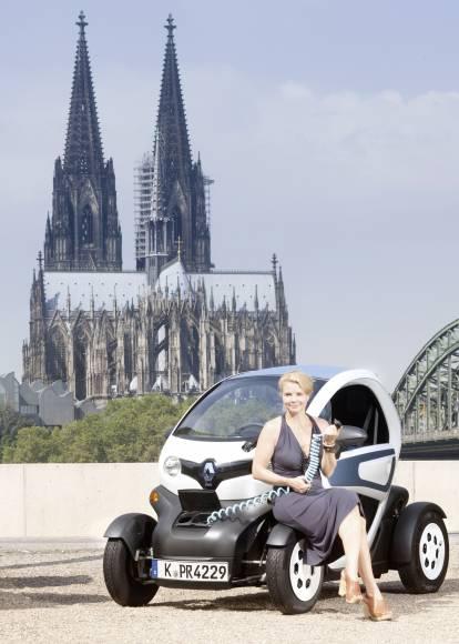 R120951p in Schauspielerin Annette Frier fährt im Renault Twizzy vor