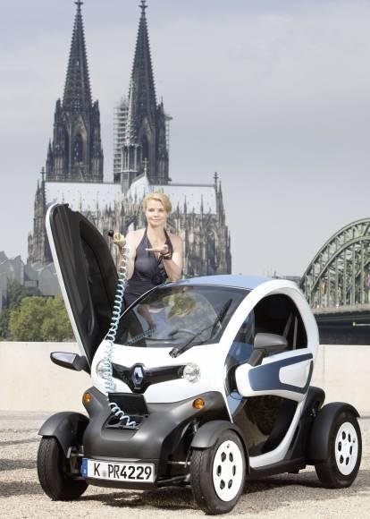 R120953p in Schauspielerin Annette Frier fährt im Renault Twizzy vor