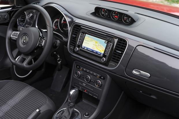VW Beetle Cabrio 2013 Interieur-620x412 in Fahrbericht VW Beetle Cabrio TSI: Nur die Harten kommen ins Cabrio