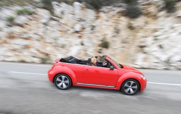 VW Beetle Cabrio 2013 Nizza Fahraufnahme-620x391 in Fahrbericht VW Beetle Cabrio TSI: Nur die Harten kommen ins Cabrio