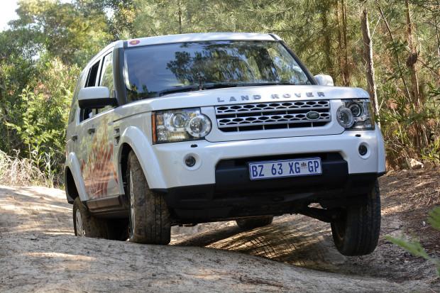 Der-Land-Rover-Discovery-hebt-artig-sein-Beinchen-620x413 in Shell Helix Part 2: Extrem abgefahrenes Offroad Abenteuer in Afrika