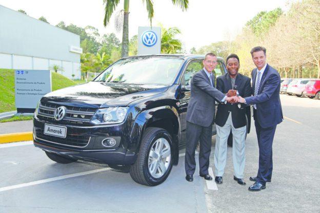 Weltfußballer Pelé bekommt seinen Volkswagen Amarok überreicht - Fanaticar Magazin