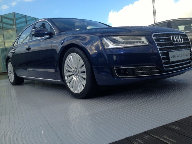 Audi-A8-L-W12-Quattro-670x502 in Fahrbericht Audi A8: Ob du richtig stehst, siehst du wenn das Licht ausgeht