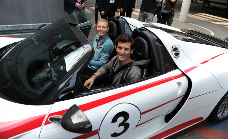 Tennisstar Maria Sharapova und Porsche-Rennfahrer Mark Webber im Supersportwagen 918 Spyder