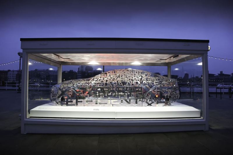 London Design Museum enthüllt Aluminium-Skulptur in der Form der neuen Premium-Mittelklasse-Limousine