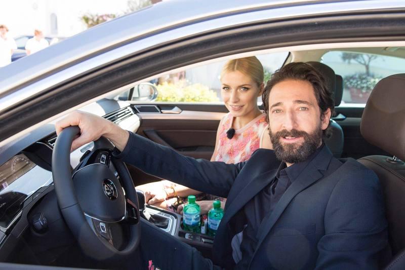 Lena Gercke  und Adrien Brody präsentieren den neuen VW Passat - Fanaticar Magazin