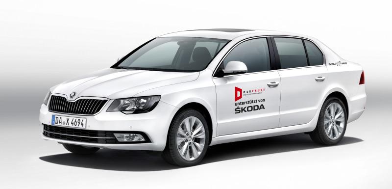 ŠKODA fährt die Gäste mit eleganten Superb-Limousinen zur Gala