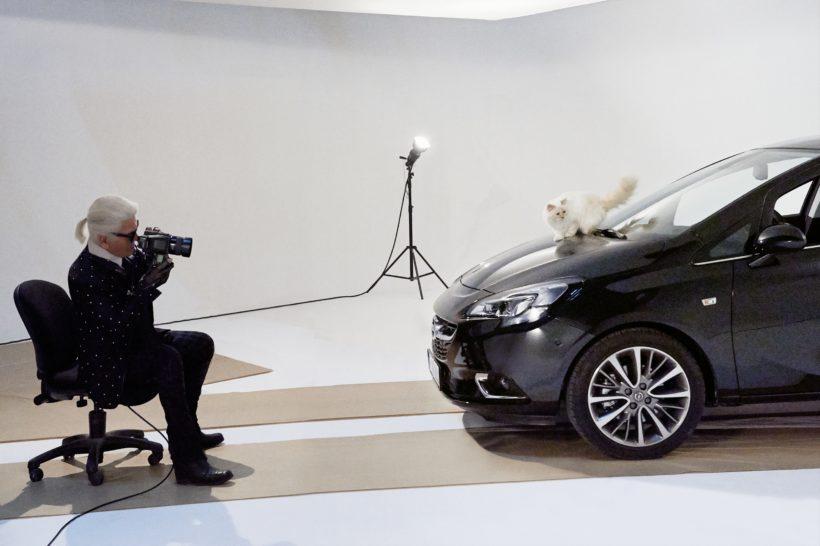 """Opel-Corsa-Lagerfeld-292916-820x546 in Alles für die Katz: Karl Lagerfeld eröffnet Opel-Ausstellung """"Corsa Karl und Choupette"""""""