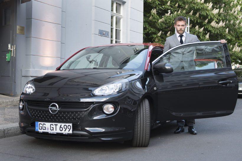 Ken Duken bei der Ankunft mit dem Opel Adam S